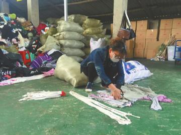 """成都487个爱心熊猫""""吃""""进10万件旧衣仅10%能捐"""