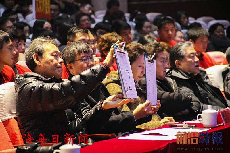 专业评委老师正在给参赛选手打分_爱奇艺_副本.jpg